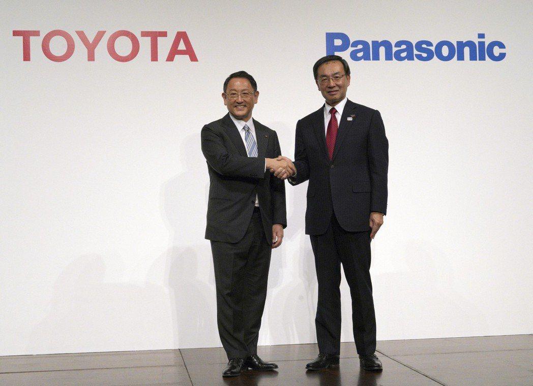豐田汽車總裁豐田章男(左)與Panasonic總裁津賀一宏,宣布合資成立電動車電...