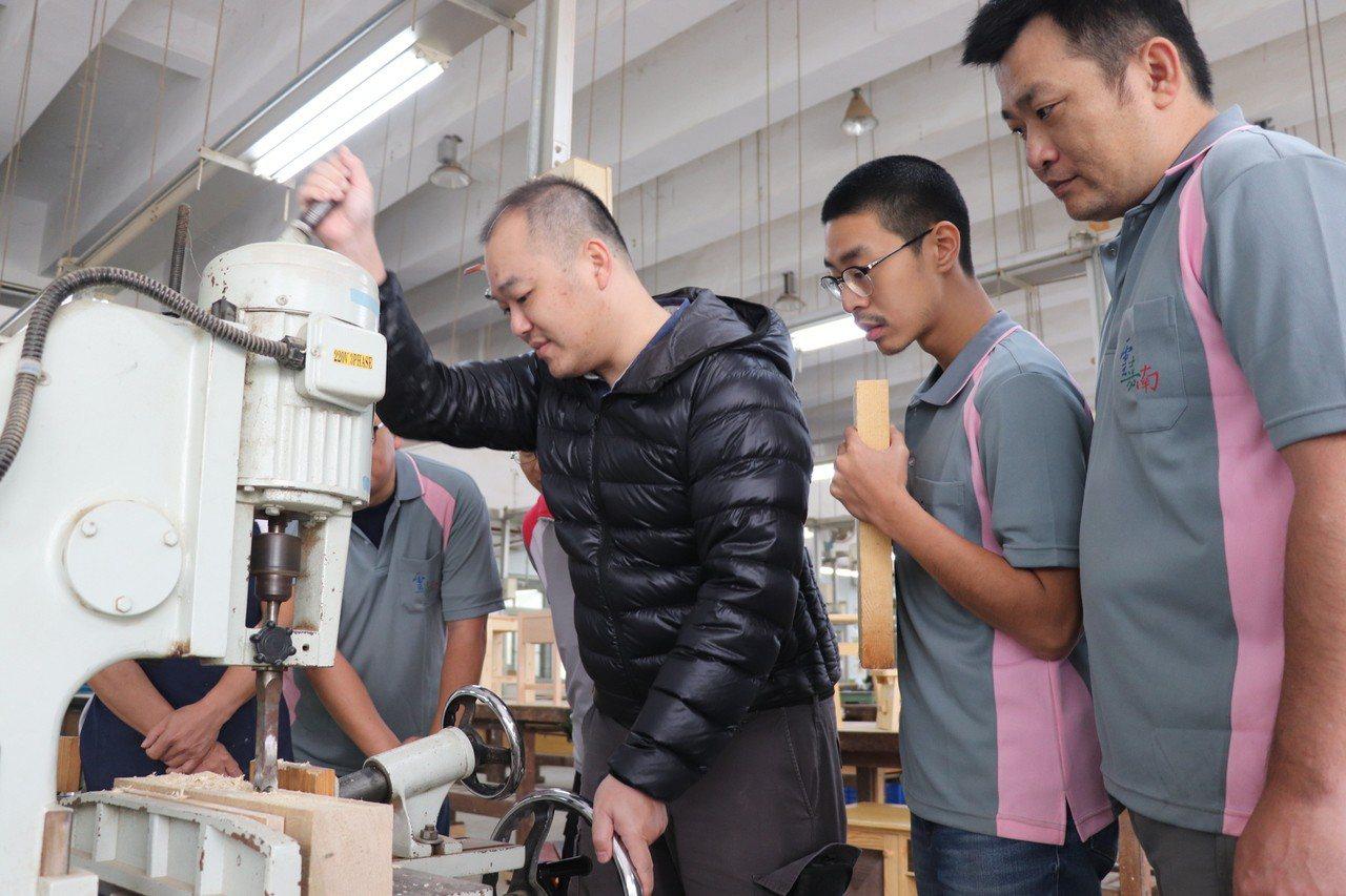 勞動部雲嘉南分署開設全國唯一創意家具設計及製作班,每年約有500件作品。圖/勞動...