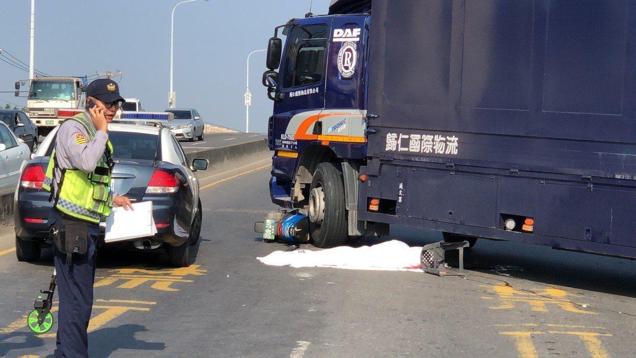 台南觀海橋貨運車撞機車 母女雙亡