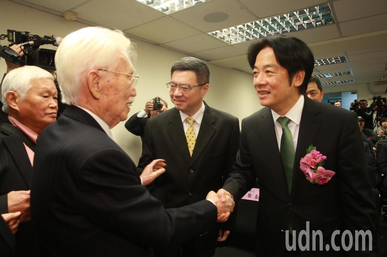 台灣制憲基金會辜寬敏(左二)、行政院前院長賴清德(右一)、民進黨主席卓榮泰(右二...