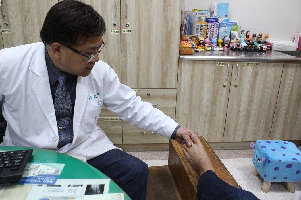 熱衷路跑的陳先生因左腳掌疼痛難忍,日前至嘉義市聖馬爾定醫院就醫,經骨科主任裴有成...