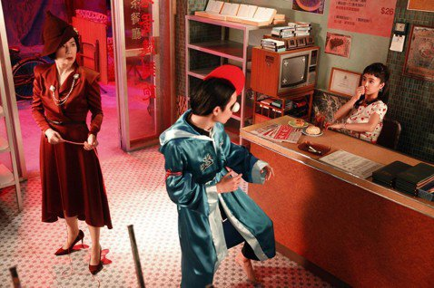 對愛情抱持隨緣態度的Jolin蔡依林,萬萬沒料到會在港片喜劇女神吳君如牽線下,覓得好「腦公」?原來這是Jolin的新歌「腦公」MV的情境,以80年代經典港片為拍攝靈感,復刻香港茶餐廳場景及港片造型,...