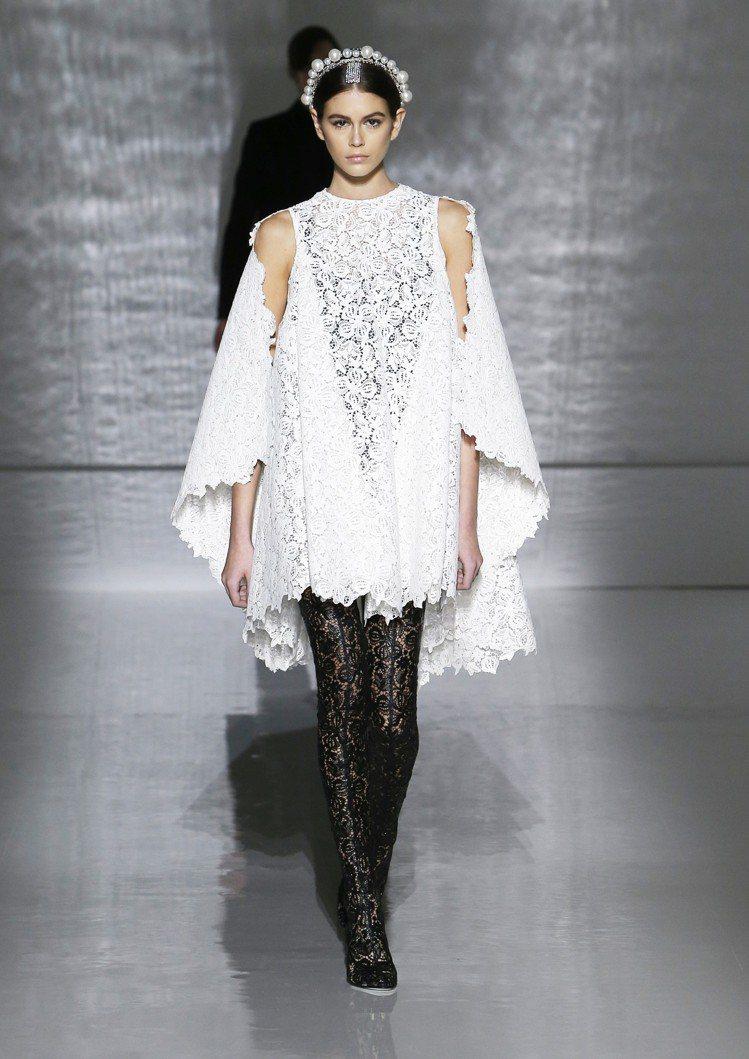 凱亞葛柏演繹GIVENCHY鐘型結構寬邊裙襬的俏麗,卻又有宗教意味的莊重。圖/G...