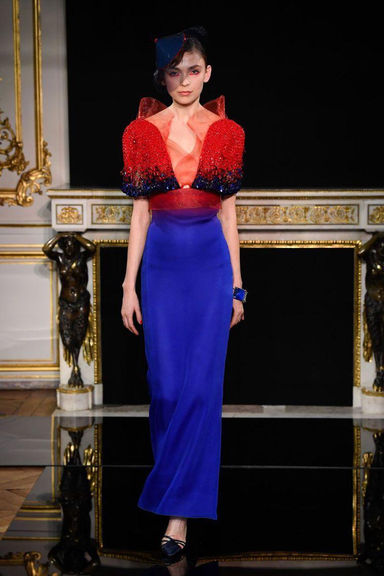 搶眼的藍、紅色彩是2019春夏Giorgio Armani Privé的識別色系...