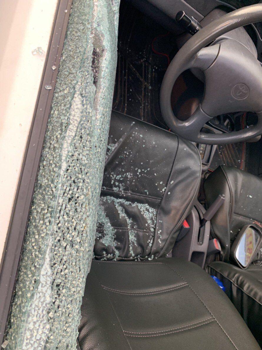 桃園市大溪區一名駕駛昨日於路上遇到失控女子,不僅車輛後照鏡遭拔、車窗還被砸破,深...