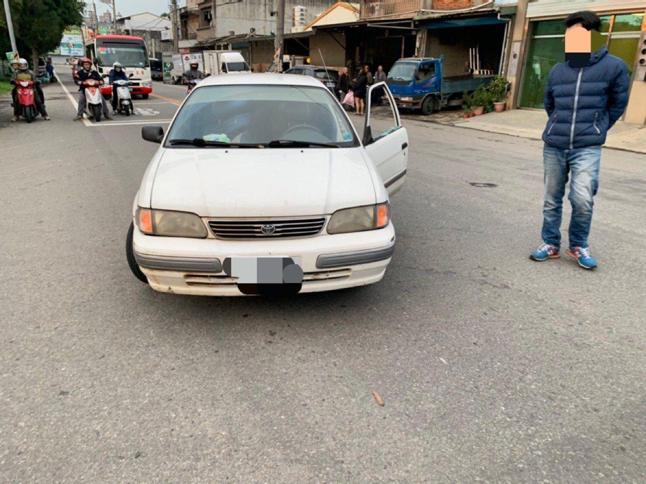 桃園市大溪區一名駕駛昨日於路上遇到情緒失控女子,不僅車輛後照鏡遭拔、車窗還被砸破...