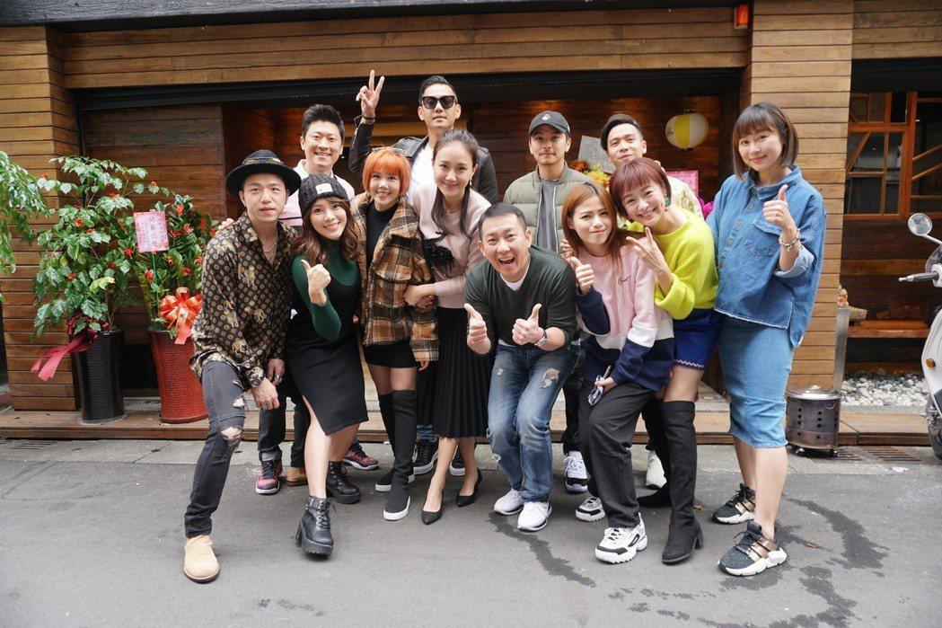 楊晨熙(前排左三)開日式食堂,圈內藝人好友道賀。圖/楊晨熙提供