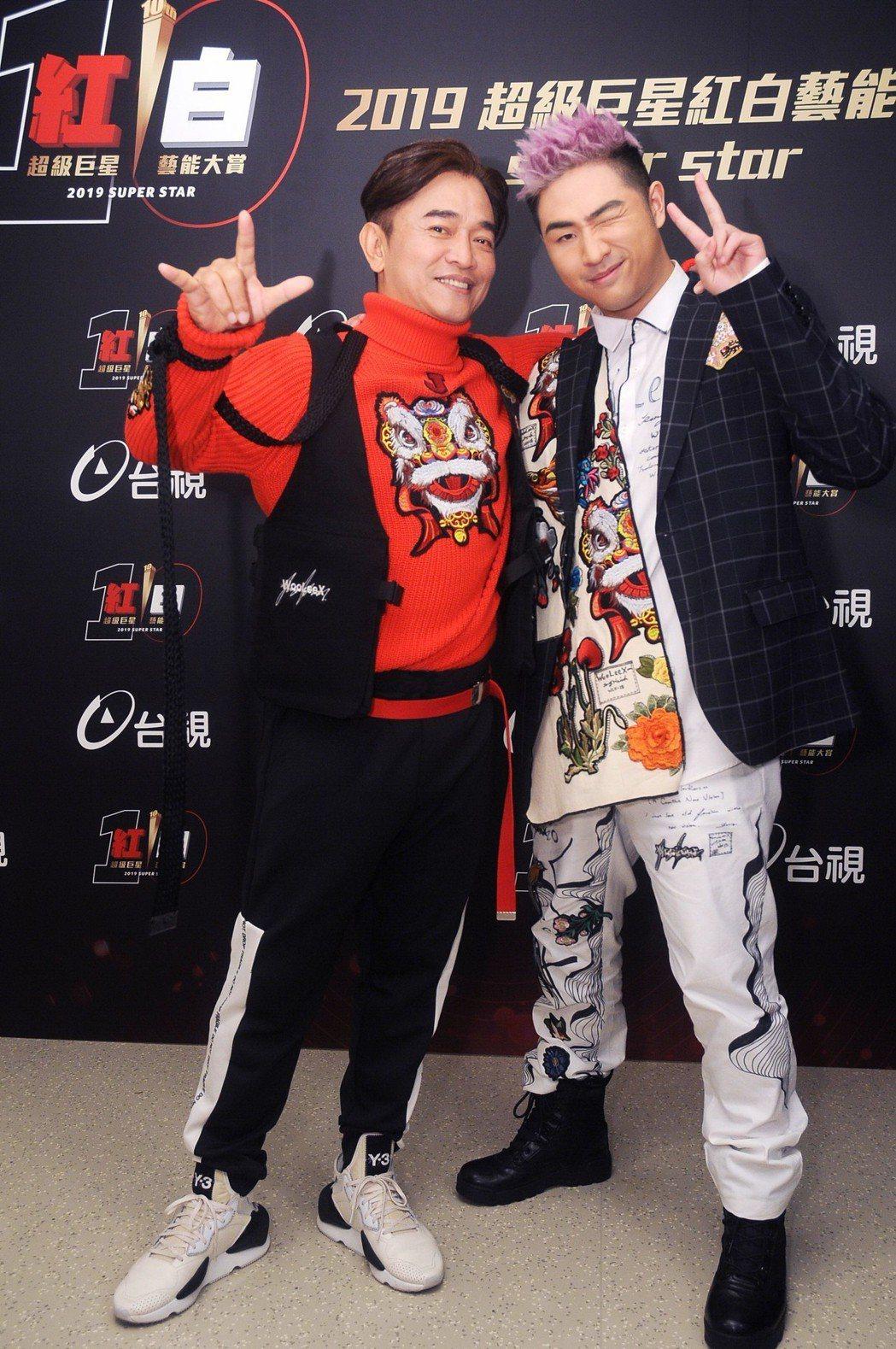 吳宗憲(左)帶兒子鹿希派登台視「紅白」。圖/台視提供