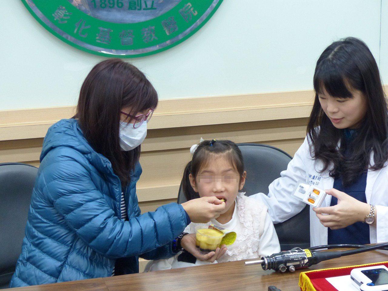 陳小妹妹罹患克隆氏症,不能吃甜食,直到病情獲控制以後,今天由媽媽餵食布丁,吃得津...