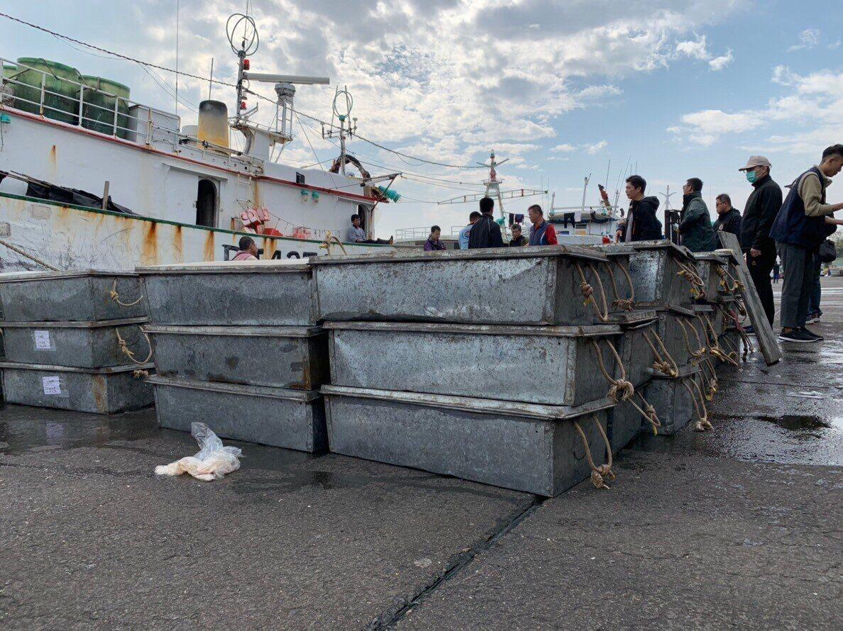 南檢等在安平港查獲總計5141公斤的大陸地區魚產品入境,當場扣押。記者邵心杰/翻...