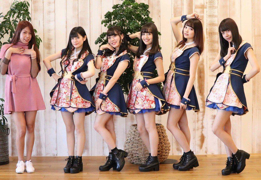「直播平台LiveMe」台灣主播(右起)詩詩教日本女團LiT 跳MR.Q。圖/L