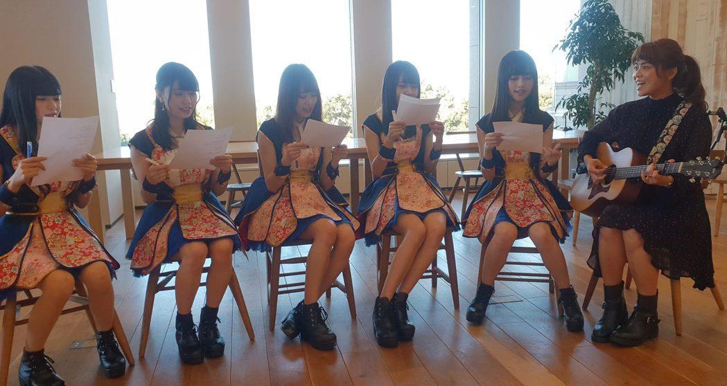 「直播平台LiveMe」台灣主播(右起)紀儀羚教日本女團LiT 唱歌。圖/Liv...