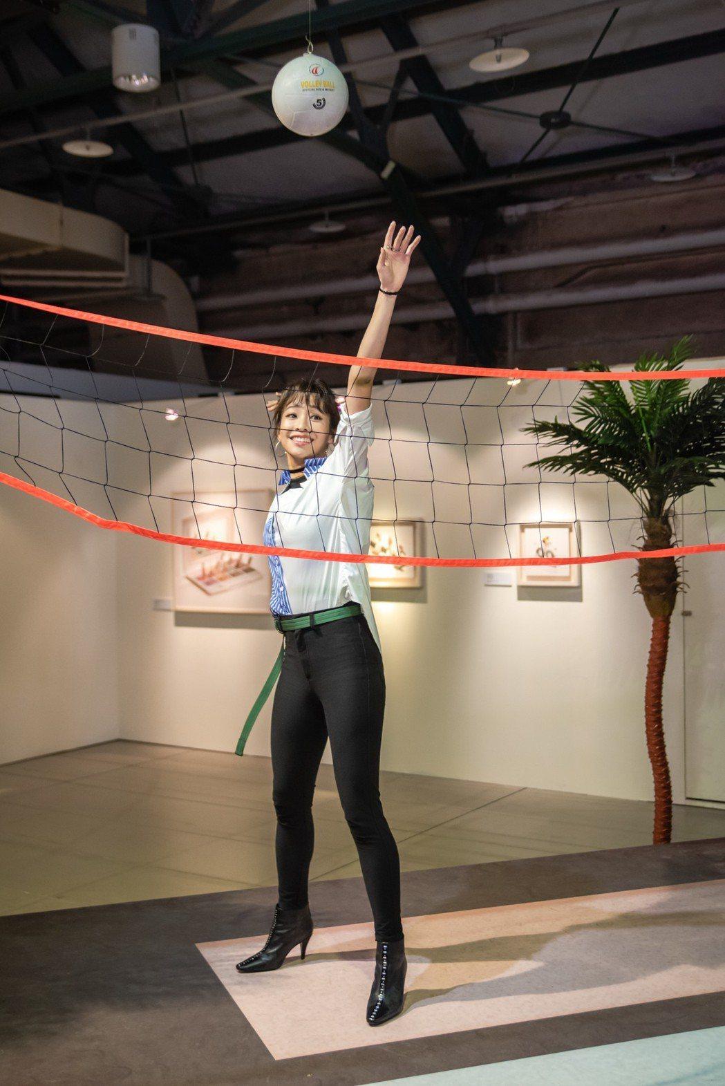 袁詠琳開心作勢打排球。圖/寬宏藝術提供