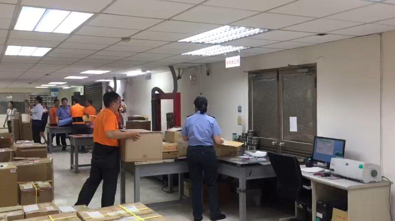 為積極防範非洲豬瘟,海關表示,已傾全力強化防堵措施,針對快遞貨物及郵包,在進口通...