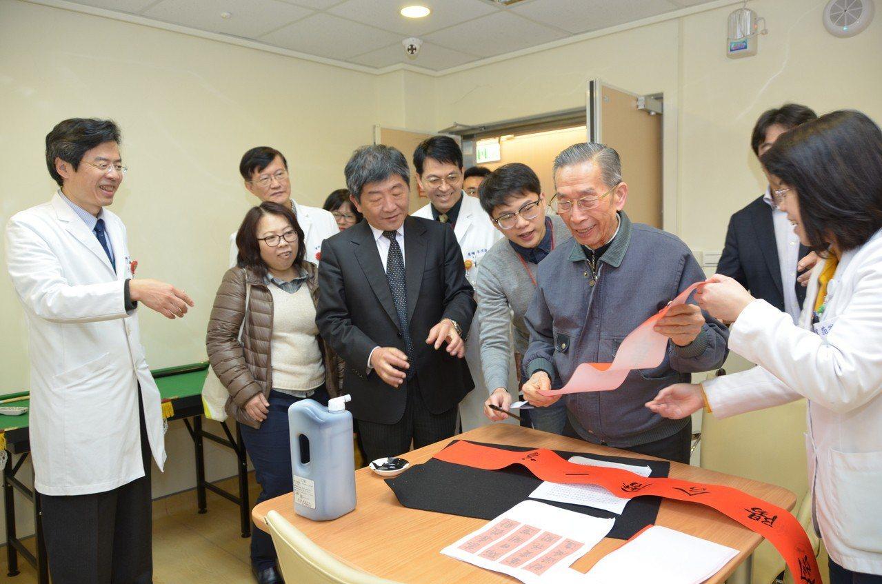 衛福部長陳時中參訪桃園醫院,也和桃樂居日照中心的長輩們一同揮毫春聯,96歲高齡長...