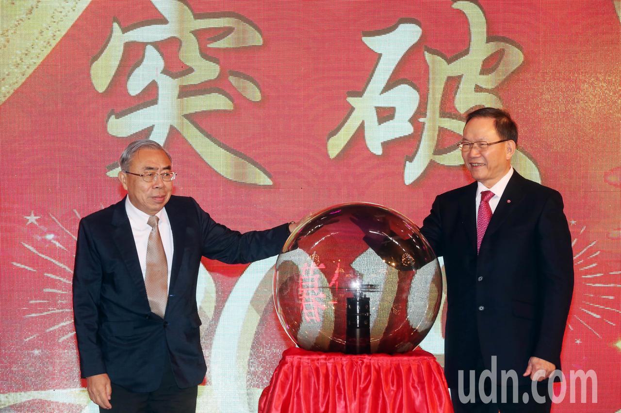 台塑集團總裁王文淵(左)與台塑董事長林健男(右)一同出席台塑暮年會 。記者林俊良...