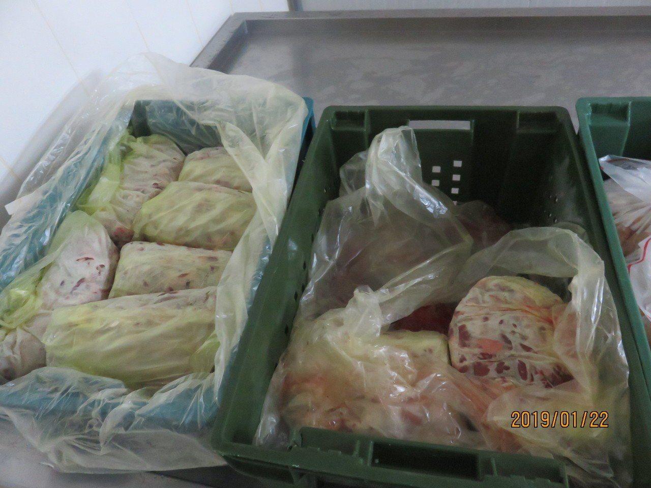 新北市衛生局昨天派員到土城區製造地稽查,查獲生鮮及醃漬雞肉品原料疑似逾期,共8品...