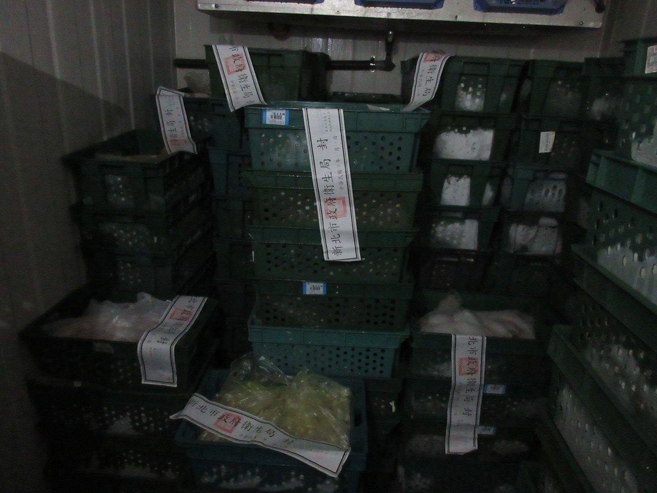 新北市衛生局昨天查獲生鮮及醃漬雞肉品原料疑似逾期,查封8品項總共2943公斤。圖...