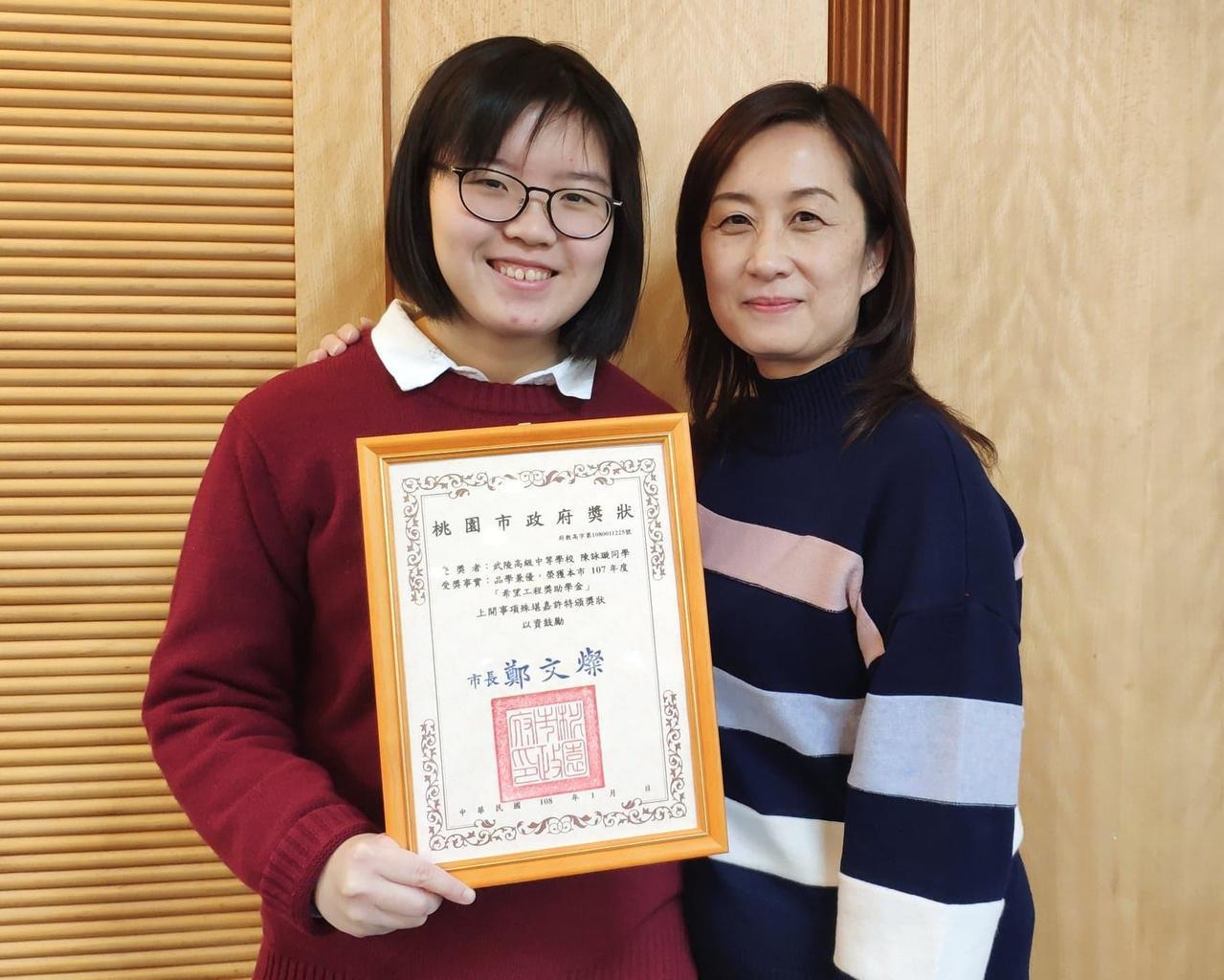武陵高中2年級陳詠璇(左)與患有先天糖尿病的姐姐,全都靠單親媽媽扛起家計。 記者...