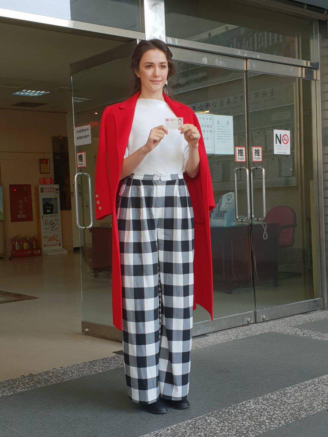 瑞莎終於領到中華民國身份證。圖/蓉億娛樂提供
