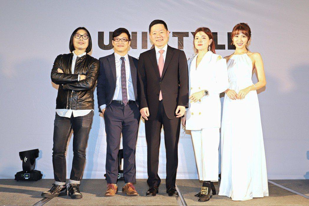 台灣攝影大師黃天仁(左起)、台灣UNIX總經理巫奉聖、UNIX總裁Lee Han...