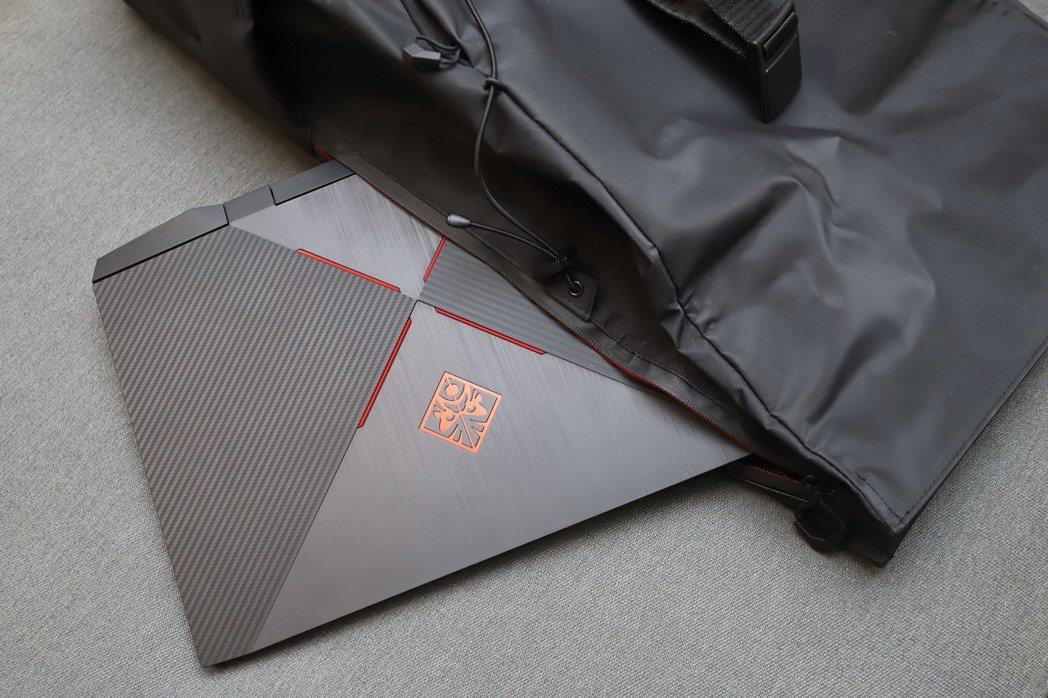 OMEN by HP 15的A背以類碳纖維、黑金屬四拼接幾何設定在市場獨樹一格。...