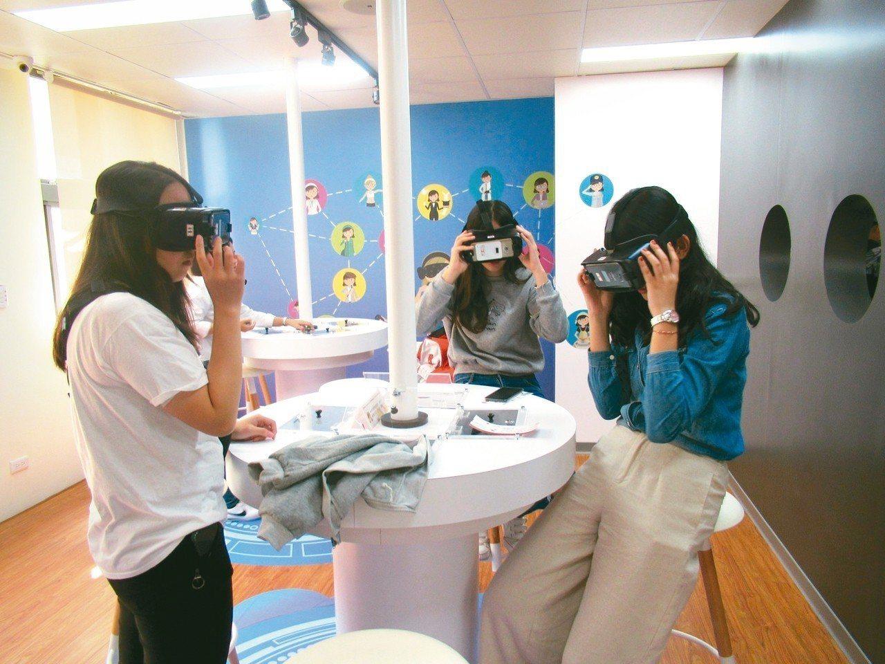 透過VR體驗各種不同工作,可增加對不同職涯的實境感受。 勞動力發展署桃竹苗分署/...