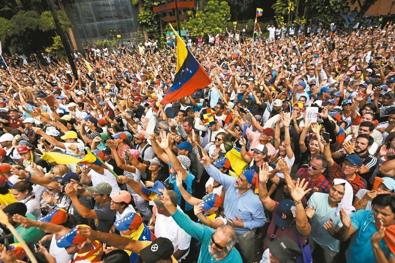 委內瑞拉反對派領袖瓜伊多就任臨時總統,大批民眾熱情相挺。 歐新社、美聯社
