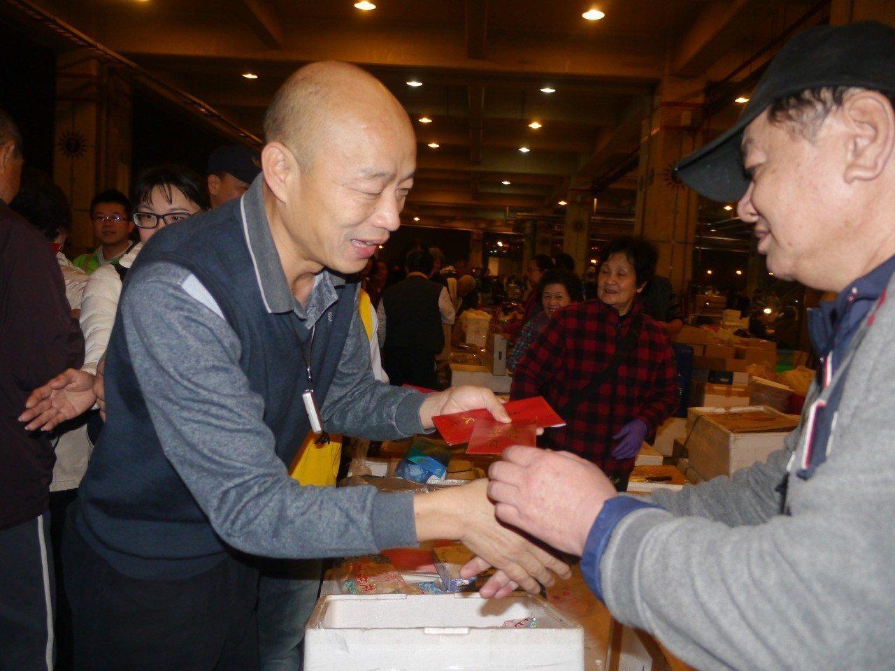 高雄市長韓國瑜初次視察魚市場,發送紅包拜早年。 記者徐白櫻/攝影