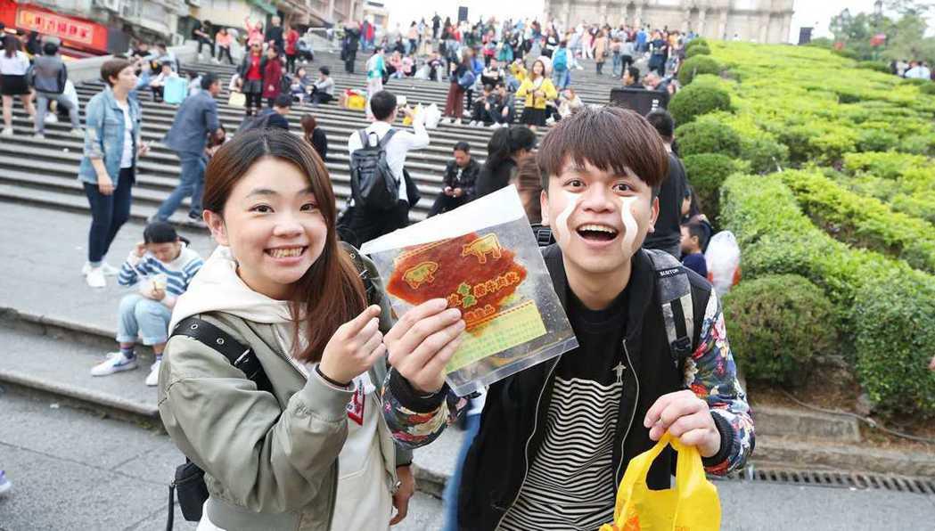 蔡阿嘎與老婆二伯在澳門收到台灣觀光客送上的豬肉乾。 圖/擷自蔡阿嘎IG