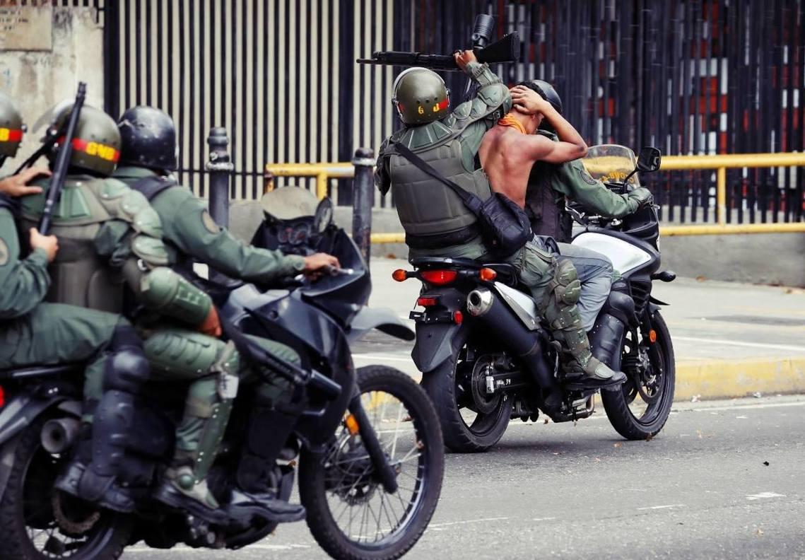 委內瑞拉特警抓走示威者。 圖/路透社