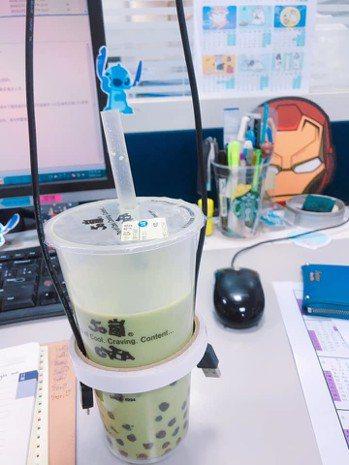 網友發文po出同事自製的飲料袋,讓網友直呼「好有創意」。