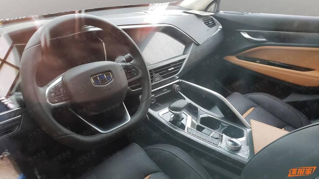 Geely FY11內裝有強烈的歐洲風格,且螢幕與中控台融合得很好。 摘自car...
