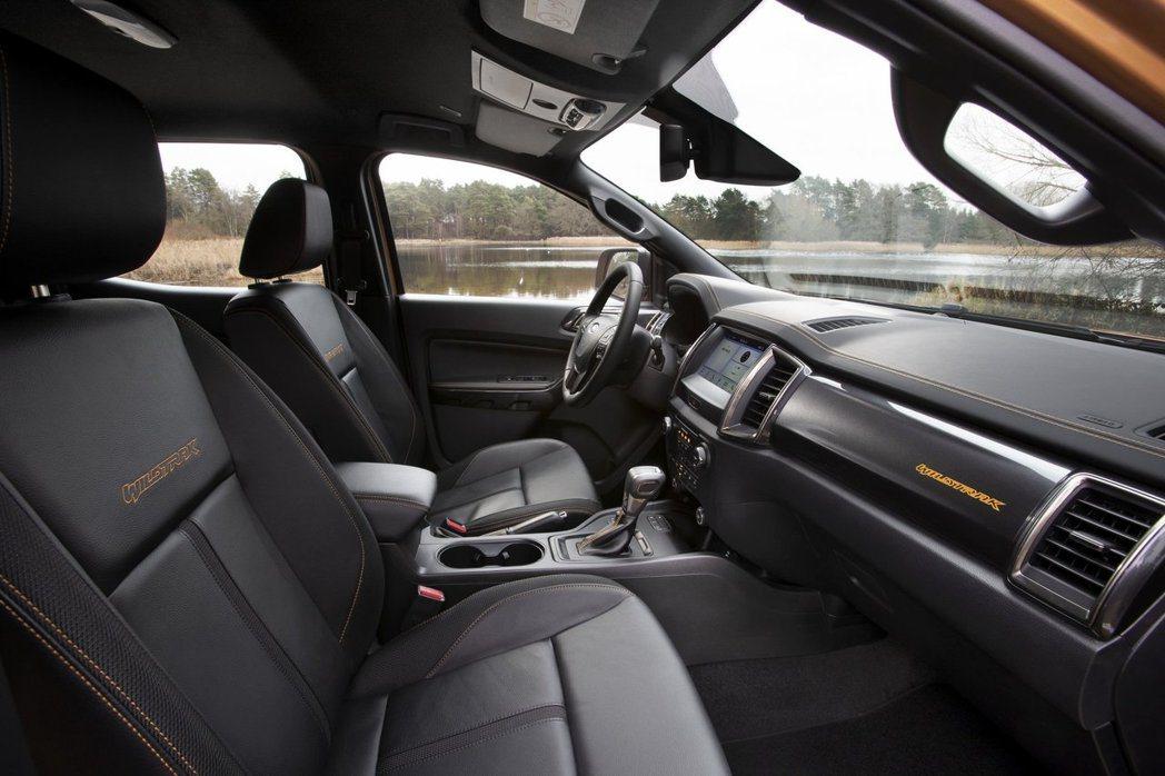 Wildtrak車型頂棚改用黑色,並有橘色縫線點綴。 摘自Ford