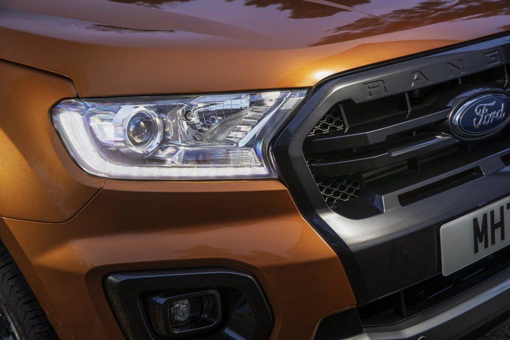 高階車型則是標配HID頭燈和LED日行燈。 摘自Ford