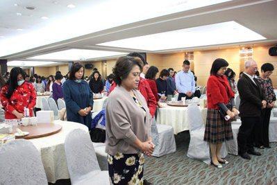 台南市社工師公會最近開會,為最近頻傳的兒虐事件中死亡的孩子默哀。圖/台南市社工師...