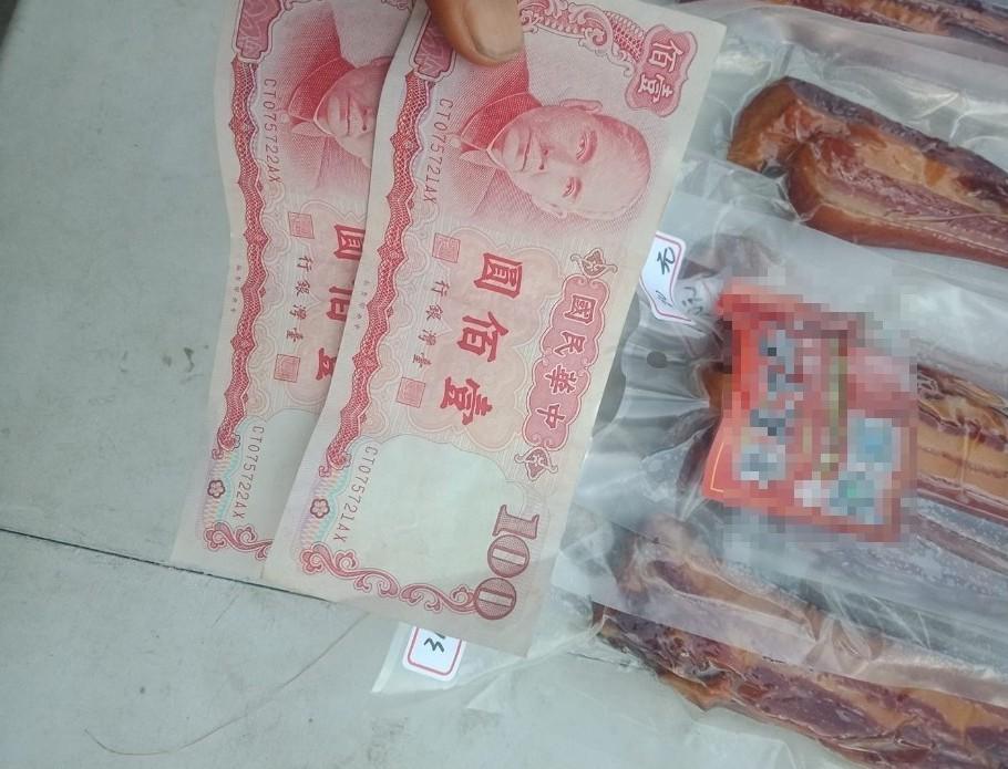 一名男網友表示自己凌晨擺攤收到了兩張舊鈔,讓他嚇得不知所措。圖片來源/爆廢公社公...