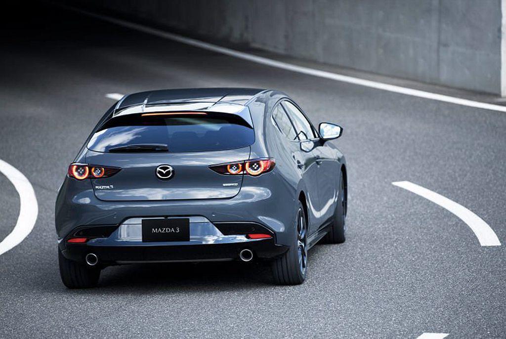Mazda3 Premium五門掀背車型配有六速手排變速系統,售價為27,500...