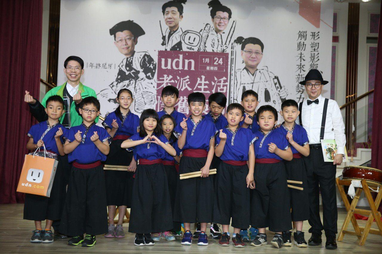 聯合線上總經經孫志華(右)與瑞亭國小表演學生一同合照。聯合報/記者曾吉松攝影