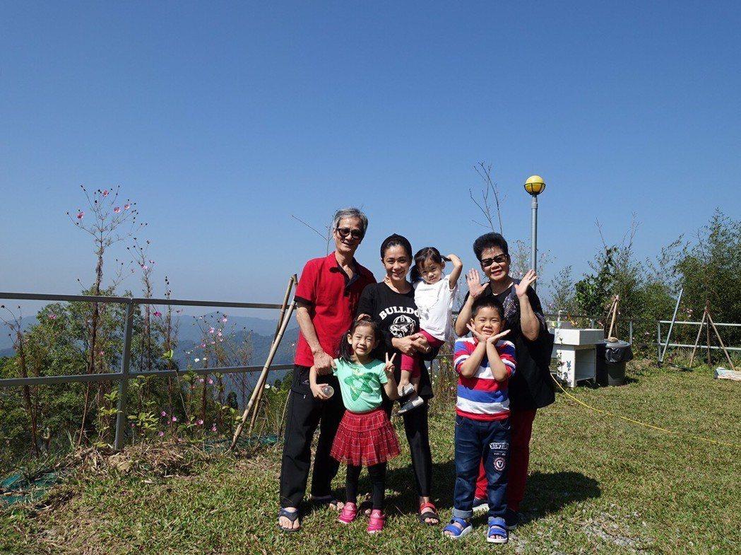 柯以柔(中)常帶著家人一起去露營。圖/柯以柔提供