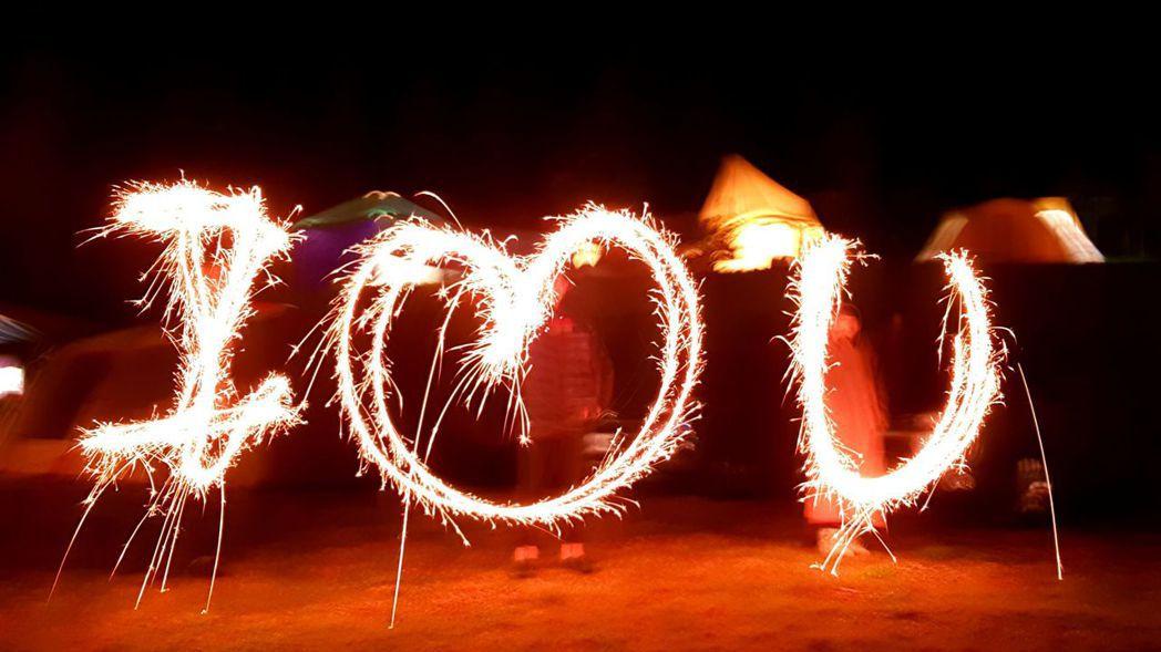 柯以柔今年跨年露營時用仙女棒寫出I LOVE U的圖案。圖/柯以柔提供