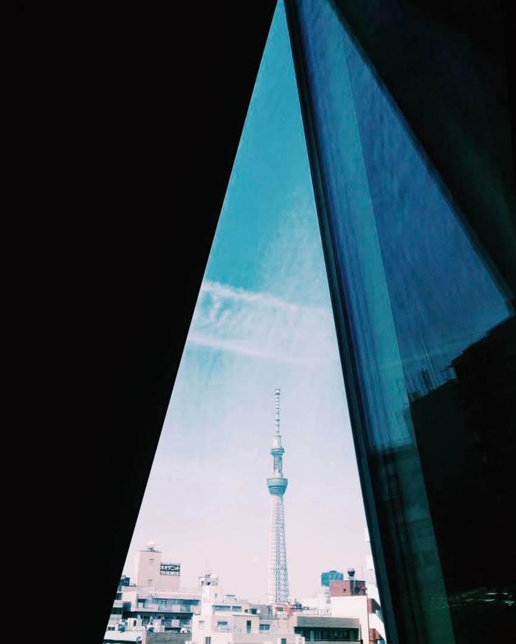 圖/從室內的三角形裂縫,看著東京的新地標──晴空塔。(山岳文化《東京建築女子:空...