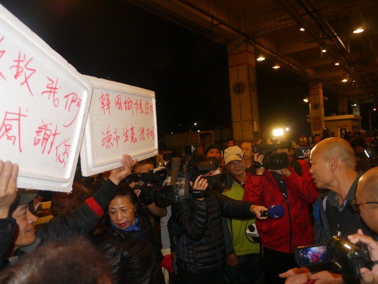 前鎮魚市場攤商在保麗龍板上寫上歡迎詞,也反映生意不好做。記者徐白櫻/攝影