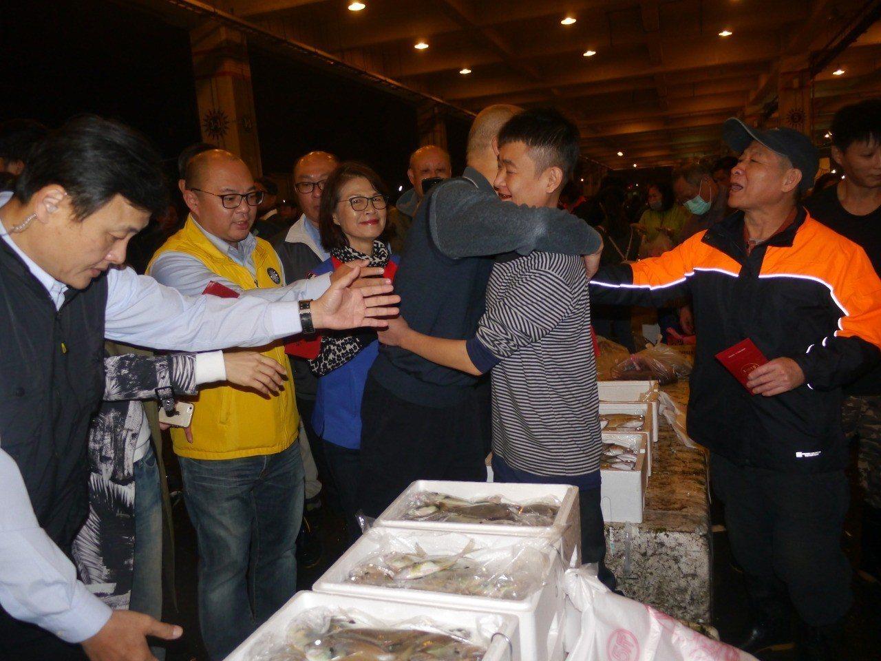 熱情攤商要求擁抱,韓國瑜應要求給一個溫暖擁抱。記者徐白櫻/攝影