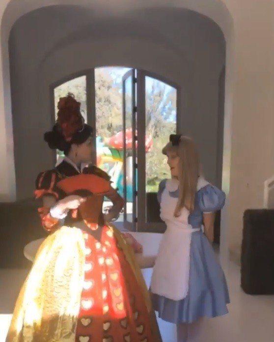 一走進派對遇到的是紅心皇后和愛麗絲。圖/摘自IG