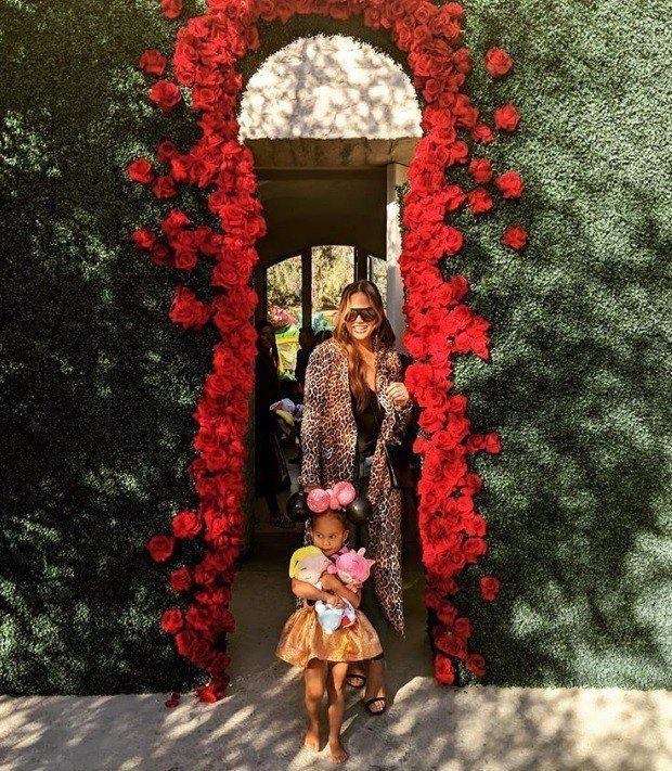 入場處就是一個完整複製愛麗絲夢遊仙境經典場景的綠草牆,上面還有鑰匙孔形狀的門。男...