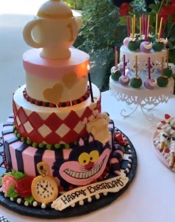 生日蛋糕上可以見到逗趣的柴郡猫和茶壺。圖/摘自IG