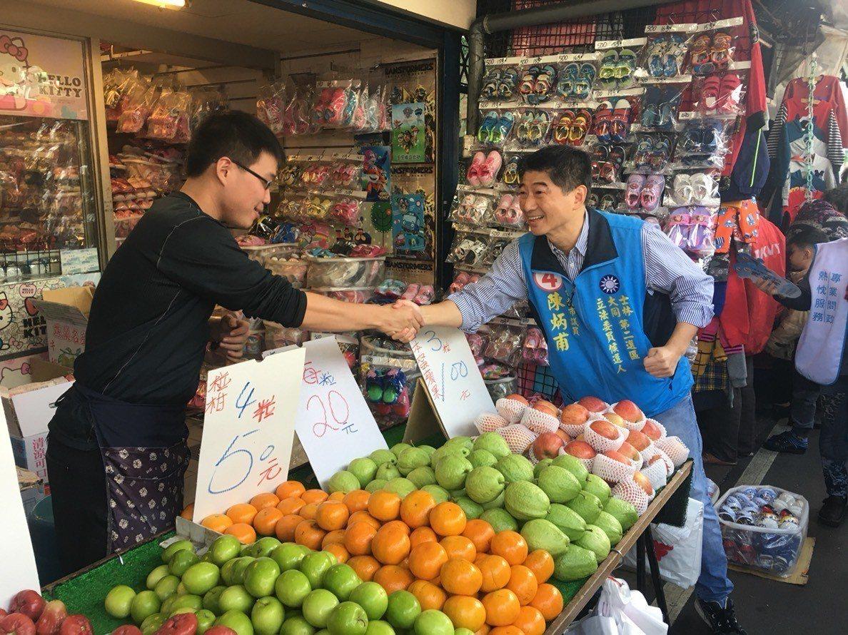 國民黨立委候選人陳炳甫今早到謙和市場拜票。記者莊琇閔/攝影