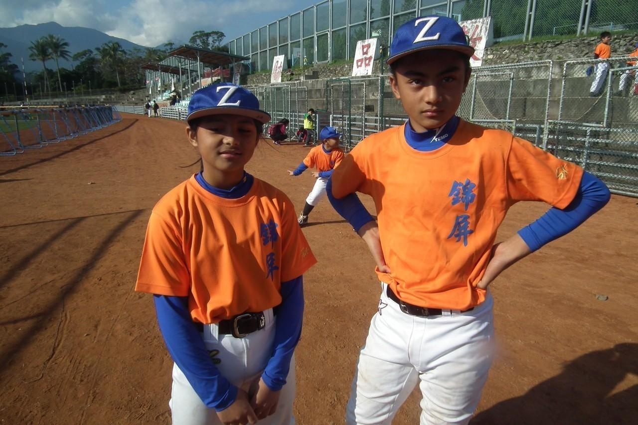 台東锦屏國小棒球隊的金家兄妹檔,是球隊的主力,妹妹金雅恩(左)還是當家外野手。記...