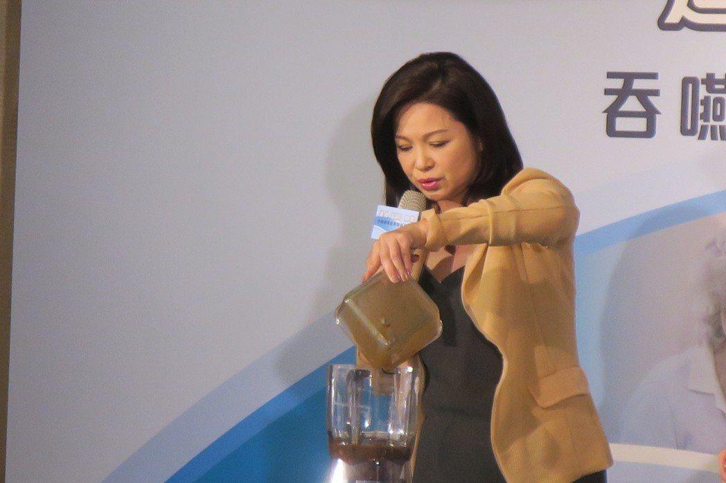 楊貴媚示範製作便於吞嚥的料理。記者蘇詠智/攝影